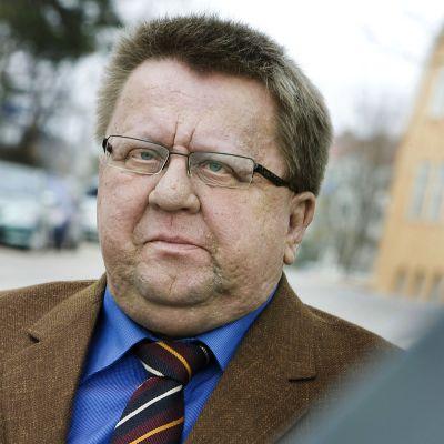 Kuvassa on toimittaja Pekka Hyvärinen.