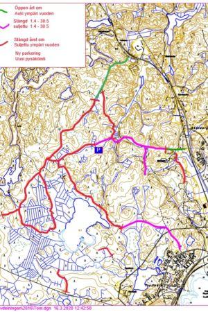 Karta över ett skogsområde med linjer i olika färger som utmärker vägar.
