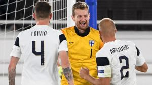 Lukas Hradecky firar med Joona Toivio och Paulus Arajuuri.