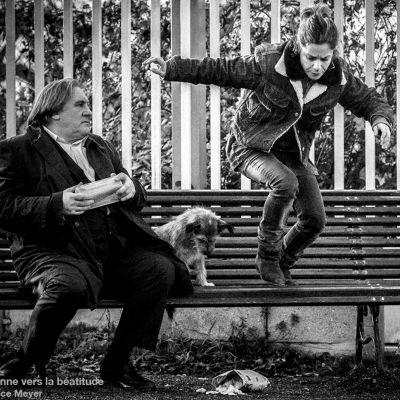 mv kuva lyhytelokuvan pääesittäjistä Gerard Depardieu ja Marina Fois puistonpenkillä