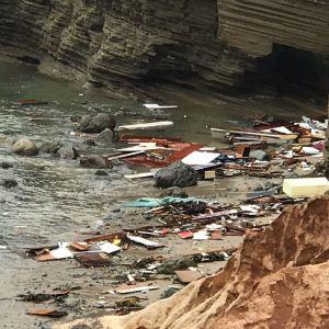 Siirtolaisia salakuljettanut vene on hajonnut säpäleiksi San Diegon rannikolla.