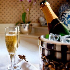 badkar med två glas champagne