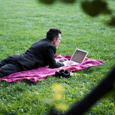 Mies työskentelee puistossa.