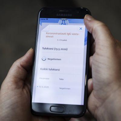 Vasta-ainetestien tulokset ovat nähtävillä Oma Terveys -palvelussa matkapuhelimen näytöllä Espoossa 20. kesäkuuta 2020.