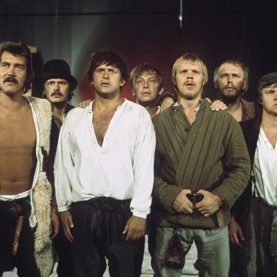 Seitsemän veljestä näyttelijät Ilari Paatso (Lauri), Heikki Kinnunen (Aapo), Esko Salminen (Juhani), Heikki Alho (Simeoni), Vesa-Matti Loiri (Tuomas), Arno Virtanen (Timo), Juha Muje (Eero) Turun kaupunginteatterissa 1976
