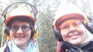 Hjälmen är viktig när man ska såga ner ett träd. Anne Manner och Jessica Morney.