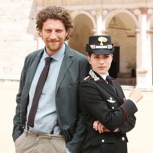 Syyttäjä Marco Nardi (Maurizio Lastrico) ja karabinieerien kapteeni Anna Olivieri (Maria Chiara Giannetta) sarjassa Isä Matteon tutkimuksia