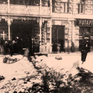 Taisteluhauta Ylösnousemuksen aukiolla Pietarissa lokakuussa 1917.