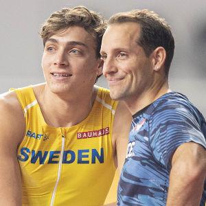 Armand Duplantis och Renaud Lavillenie tår bredvid varann och blickar åt samma håll.