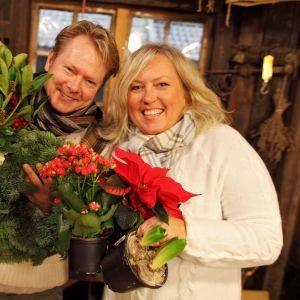 Norjalaisen puutarhaohjelman toimittajat Metter Stensholt Shau ja Tom Egeberg Hvål valmistelevat kukka- ja pöytäkoristeita jouluksi.