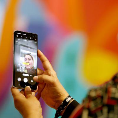 Asiakas testasi Samsungin puhelinta Dubaissa.