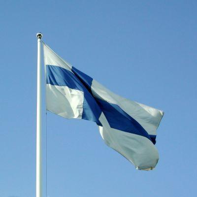 Finlands flagga mot en blå himmel