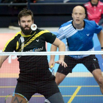 Ville Lång ja Pekka Ryhänen sulkapallon SM-nelinpelin finaalissa.