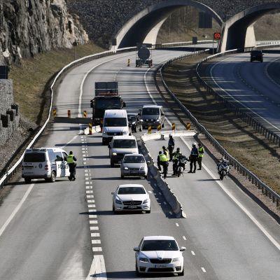 Poliisit ja varusmiehet tarkastuspisteellä Lohjan ja Salon rajalla Ykköstiellä.
