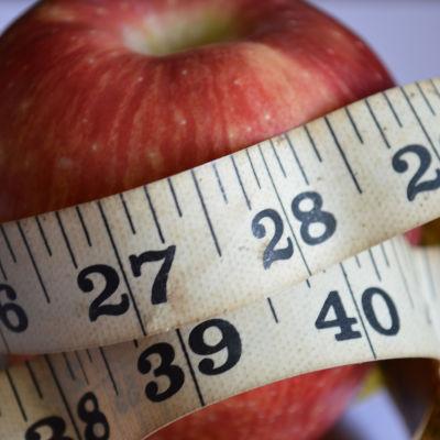 Äpple med ett måttband runt.