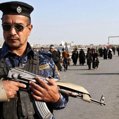 En irakisk polis övervakar shiitiska pilgrimer i november 2015