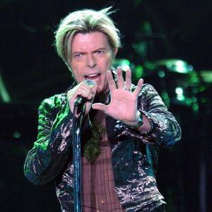David Bowie esiintyy Hampurissa vuonna 2003.