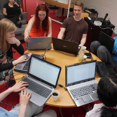 opiskelijajoukko iGEM-työnsä parissa.