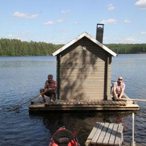 Kesä 2013, serkukset Jyri ja Jyrki lähdössä saunomaan Parkanon Käenkoskella Kaidoilla vesillä. Saunassa on kyllä paikka moottorille, mutta näin saunahien saa samalla vaivalla!