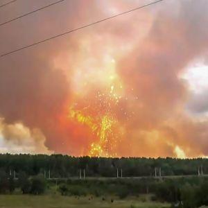 En bild av en raketolycka i Ryssland där man ser eld och gnistor.