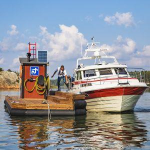 En båt som tömmer sitt toalettavfall i en tömningsstaion.
