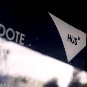 En bild som är svart upptill  och med texten HUS, det vill säga Helsingfors och Nylands sjukvårdsdistrikt.