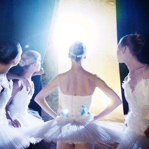Ballerinor väntar på att gå upp på scen
