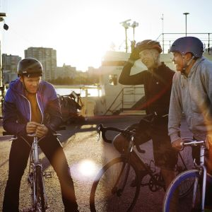 Tre killar på cyklar