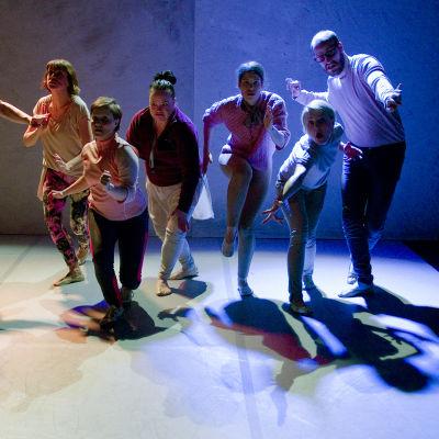 En koreograferad scen i slow motion ur Tora ja sopu på KokoTeatteri.
