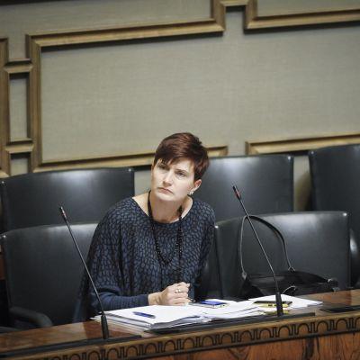 Peruspalveluministeri Susanna Huovinen (SDP) tyhjässä ministeriaitiossa eduskunnan täysistunnossa Helsingissä 30. syyskuuta 2014.