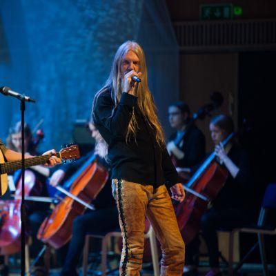 Jonas and I -yhtye ja Marco Hietala esiintyvät.