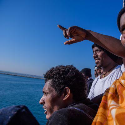 afrikkalaissiirtolaisia pelastusaluksessa