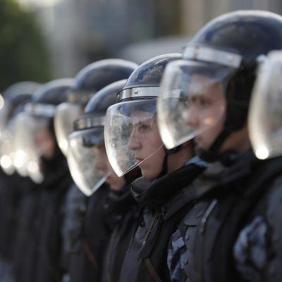Mellakkapoliisien rivi.