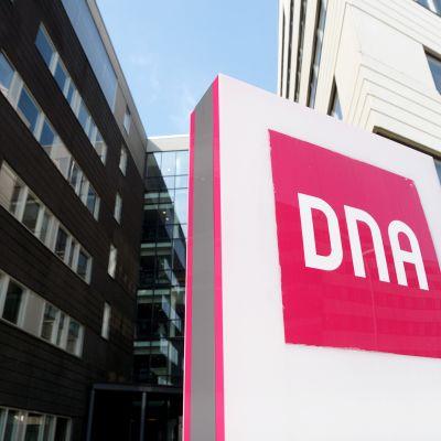 DNA:n logo DNA Talon ulkopuolella Helsingissä.