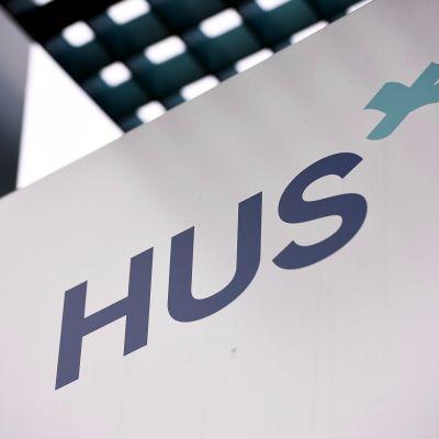 HUS:n logo Meilahden sairaala-alueella Helsingissä.