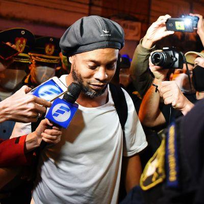 Kuvassa on jalkapalloilija Ronaldinho.