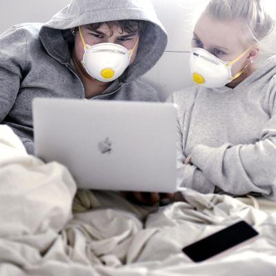 Kuvassa nuoret katsovat kannettavaa tietokonetta.