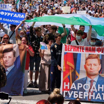Mielenosoittajat pitelevät banderolleja joissa tekstiä ja Sergei Furgalin kuvia.