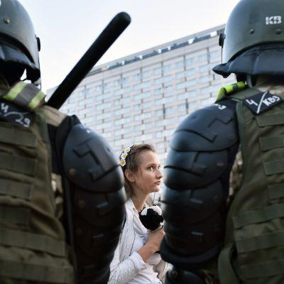 Mielenosoittajat ja mellakkapoliisit kohtaavat Minskissä.