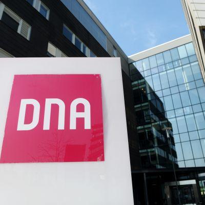 DNA:n logo DNA Talon ulkopuolella Helsingissä 25. huhtikuuta 2019.