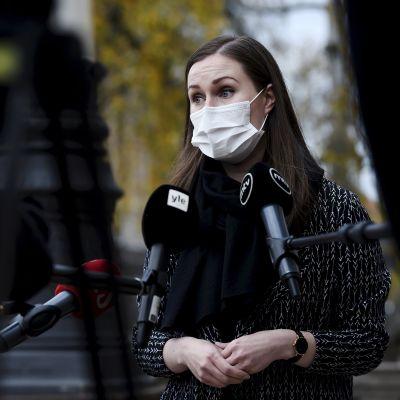 Pääministeri Sanna Marin (SDP) vastaa toimittajien kysymyksiin mennessään hallituksen neuvotteluihin Säätytalolle Helsingissä 3. marraskuuta 2020.