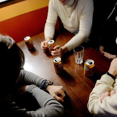 Nuoria miehiä oluella baarissa.