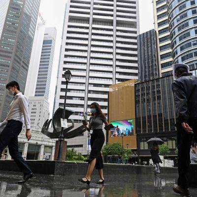Ihmisiä kävelemässä Singaporessa marraskuun lopulla.