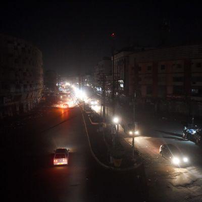 Autoja pimeällä kadulla Karachissa.