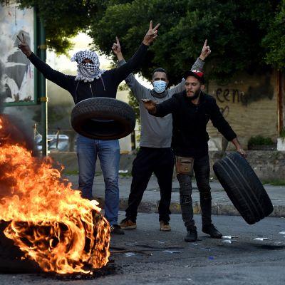 Mielenosoittajat polttavat auton renkaita Beirutissa, Libanonissa.