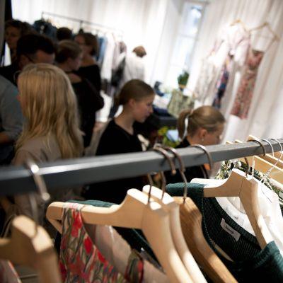 Vaatteita rekissä Samujin myymälässä.