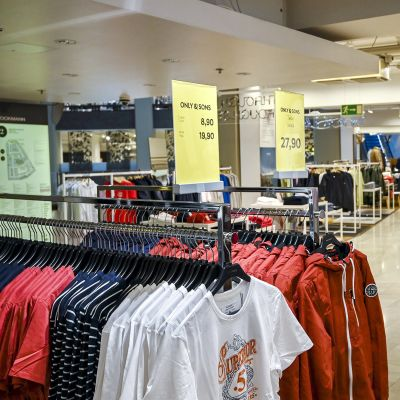 Miesten vaatteita Stockmannissa, Helsingin tavaratalossa.