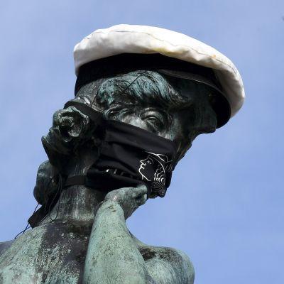 Valkolakin ja kasvomaskin saanut Havis Amandan patsas Helsingissä 20. huhtikuuta 2021.