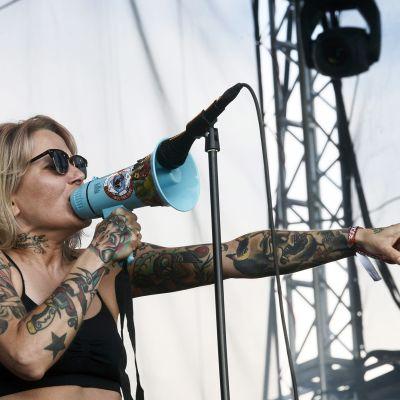 Huora-yhtyeen laulaja Anni Lötjönen esiintyy Rockfest-festivaaleilla Hyvinkäällä.