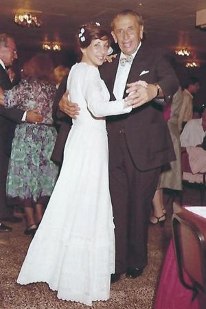 Georg Kollman dansar med sin i andra äktenskapet, bruden Orna Kollman-Grinberg.
